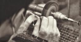Juwelier bei der Manufaktur von Schmuck und Uhren
